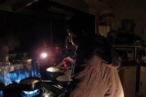 2011年3月11日震災当日の夜イ?ンスタントラーメンを?作り始める母